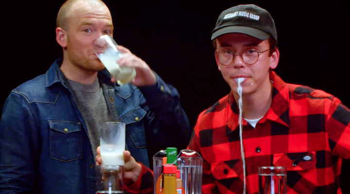 Hot Ones S4 E21: Logic lost Rubix Cube op tijdens eten van spicy wings