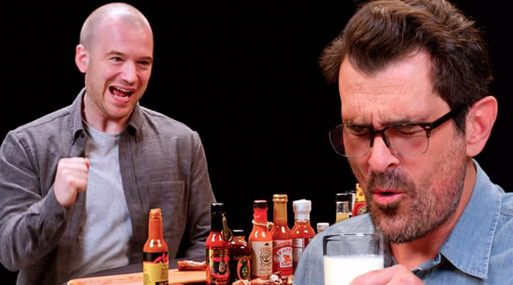 Ty Burrell trotseert 'the wings of death' in nieuwe Hot Ones